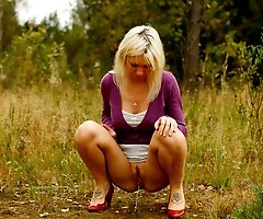 Blonde babe tinkling on a seemingly deserted lawn